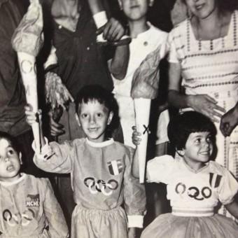 Piedigrotta Napoli: abiti di carta cuciti sapientemente dalle mani di mamma. Primo premio tema Olimpiadi.