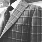 Giacca finto 3 bottoni. Foderato in benberg, colore a contrasto. Manica a camicia con pieghe evidenziate. Modello sportivo. Bottoni in corno. Tasche a toppe con tasca tagliata in petto. sartoria napoletana Sartoria Antonelli, artigiano, sarto, sartoria lello antonelli, sartoria artigianale, abiti su misura, artigianato napoletano, napoli